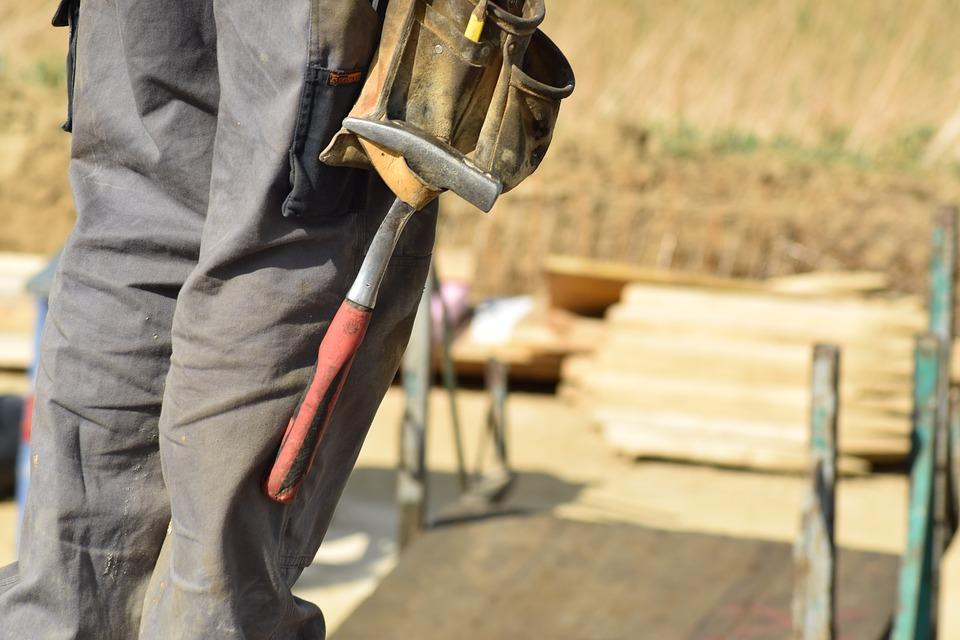 dělník s kladivem