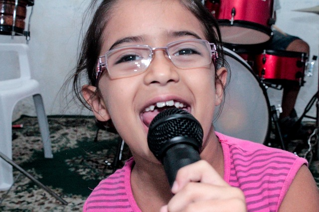 dívka s mikrofonem