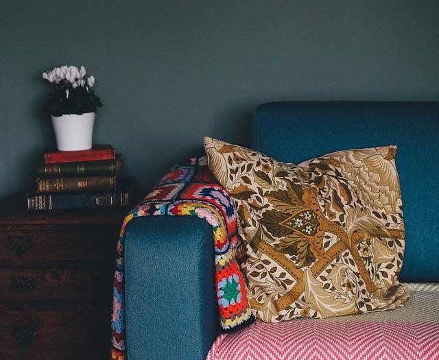 polštář a deka na gauči