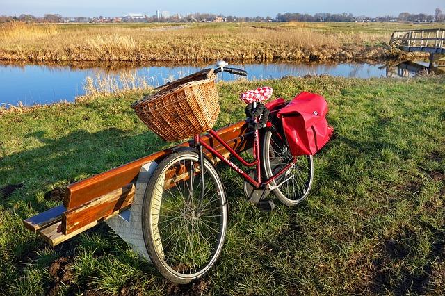 jízdní kolo u lavičky