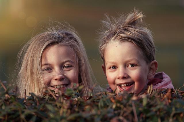 rozcuchaní sourozenci